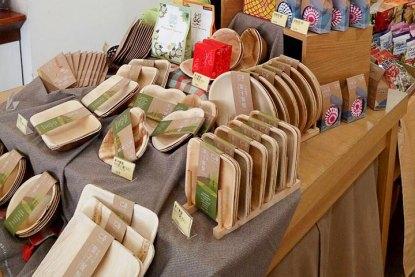 里仁上架如蜂蠟布、樹葉餐盤、不鏽鋼吸管等超過百項淨塑環保商品,提供消費者調整生活習慣。