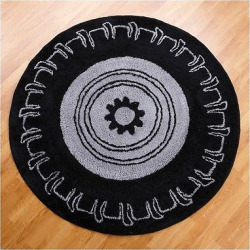 One Grace Place Teyo's Tires Round Rug – Black (5X5′)