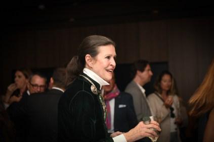 Cristina Macaya charlando animadamente durante el cocktail