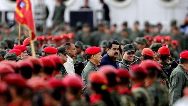Nicolás Maduro, rodeado de militares
