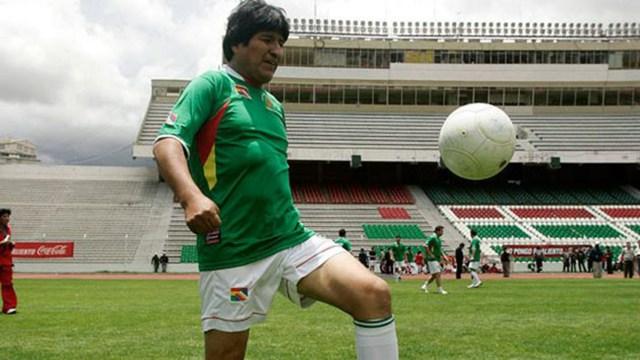 El presidente Evo Morales jugando al fútbol