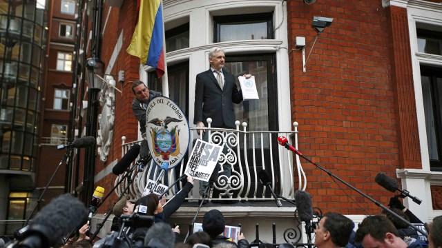 Julian Assange en el balcón de la embajada ecuatoriana en Londres (Reuters)