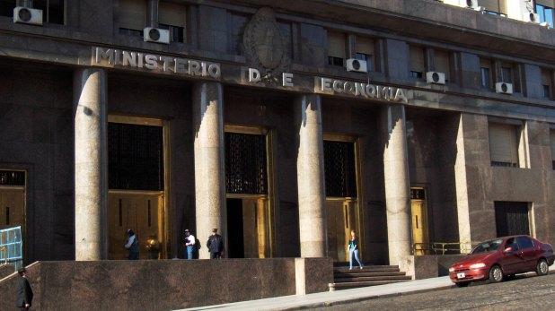 El Tesoro emite títulos para afrontar el déficit fiscal y vende divisas para pagar la deuda