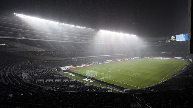 Una fuerte tormenta durante el partido entre Chile y Colombia en la Copa América demoró por más de dos horas el inicio del segundo tiempo (AFP)