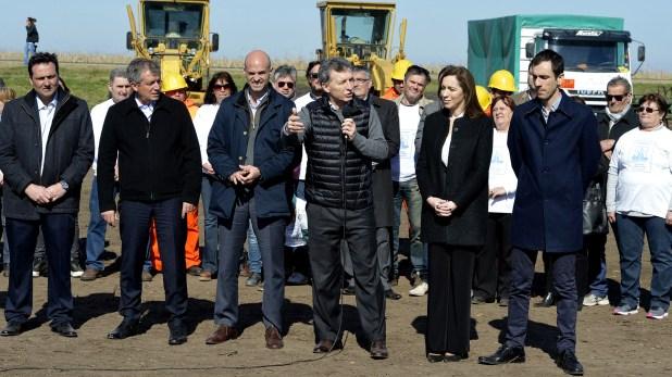 El Presidente inauguró la apertura de las obras viales en la Ruta Nacional 7, juntoa la gobernadoraMaría Eugenia Vidal y el ministro de Transporte, Guillermo Dietrich, entre otros funcionarios y legisladores (Presidencia de la Nación)