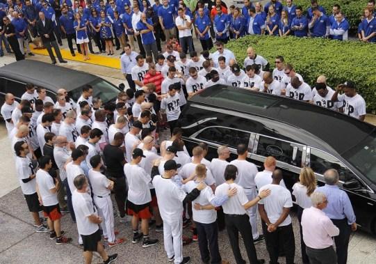 Los jugadores de los Marlins rinden homenaje(AP)