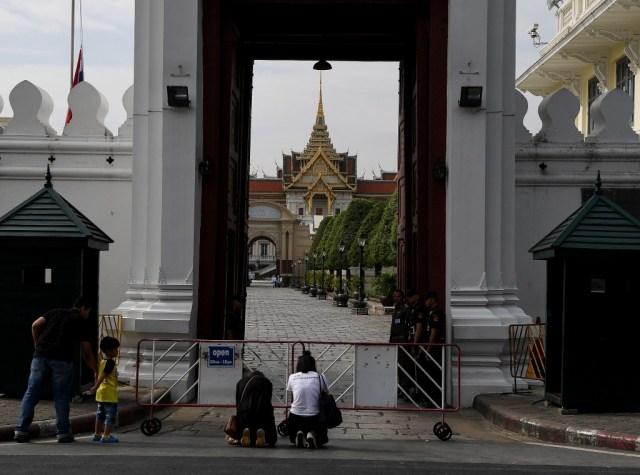 Mujeres rezan en frente del Gran Palacio (AFP)