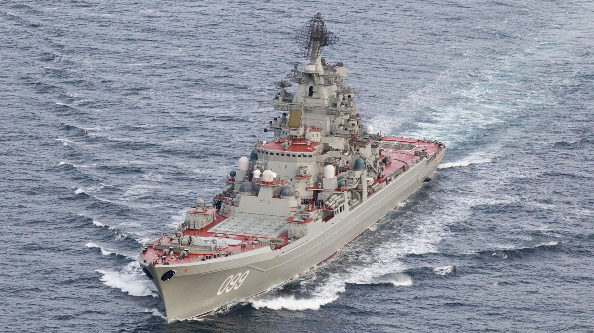 El crucero Pyotr Veliky tiene capacidad nuclear. Se espera que junto conlos demás barcos realicen ejercicios militares en la costa de Escocia, mientras crece la tensión con el Reino Unido (AFP)