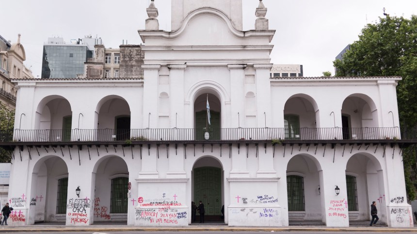 El Cabildo porteño amaneció repleto de pintadas producto de la manifestación contra los femicidios #NiUnaMenos
