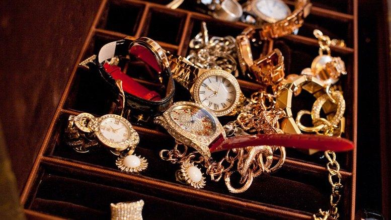 """La millonaria colección de joyas de Melania Trump. Muchas de ellas grabadas con la letra """"M"""""""