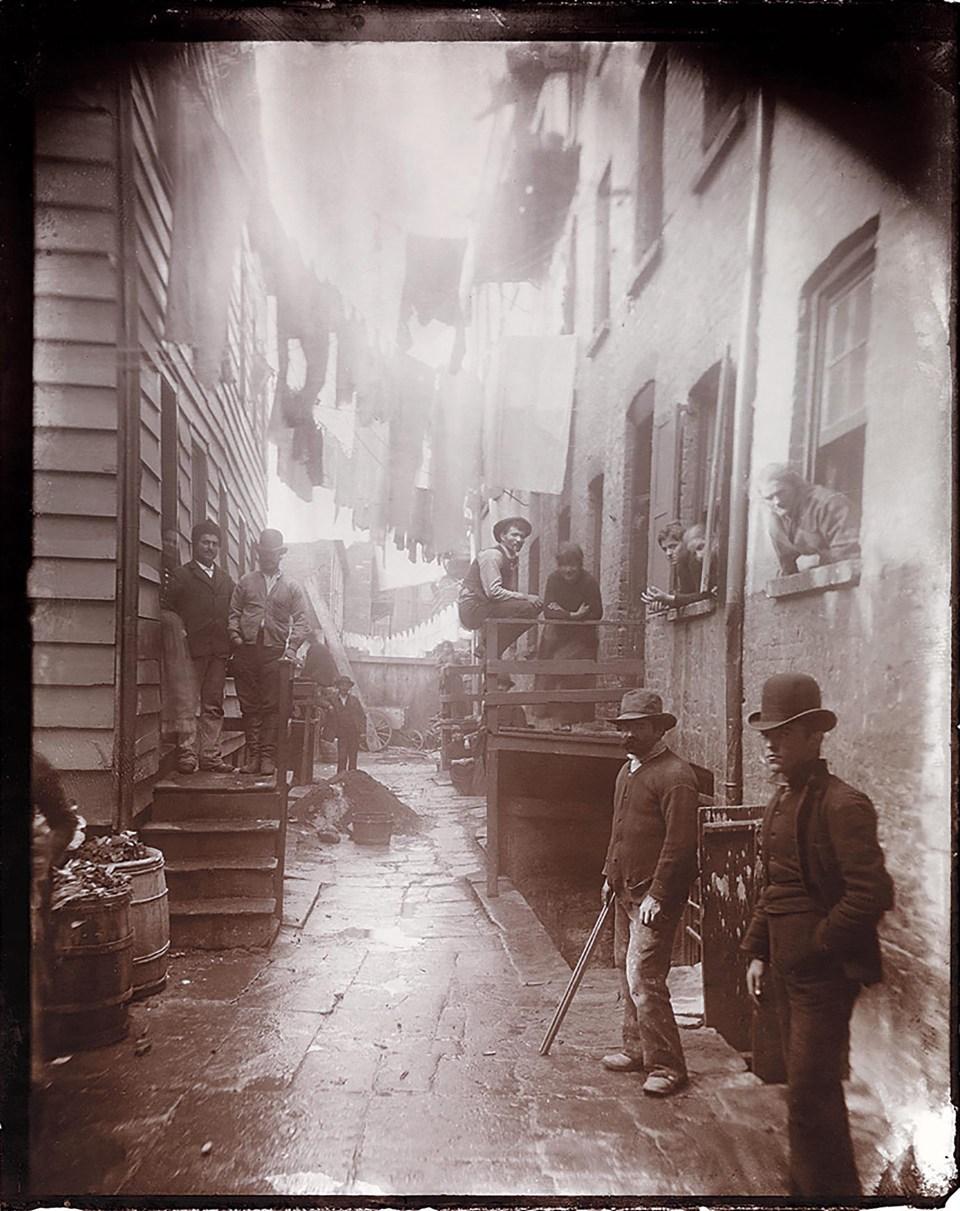"""""""Guarida de bandidos, 59½ de la calle Mulberry"""" (Jacob Riis, Estados Unidos, circa 1888)"""