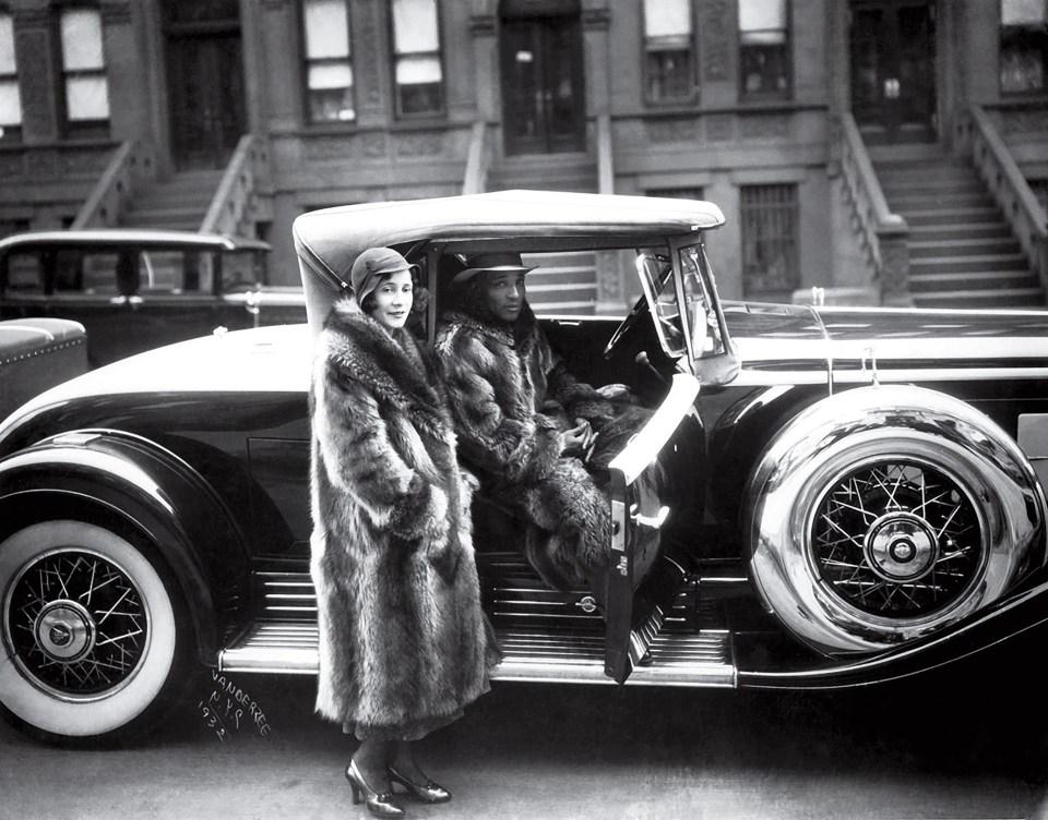 """""""Pareja en tapados de mapache"""" (James VanDerZee, Estados Unidos, 1932)"""
