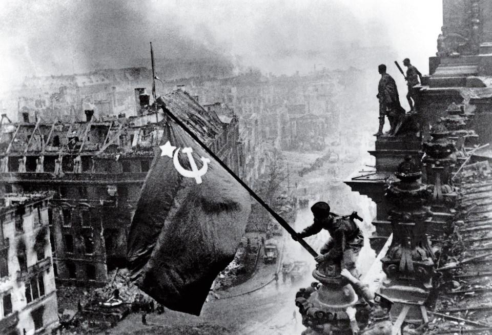 """""""Alzando una bandera sobre el Reichstag"""" (Yevgeny Khaldei, Alemania, 1945)"""