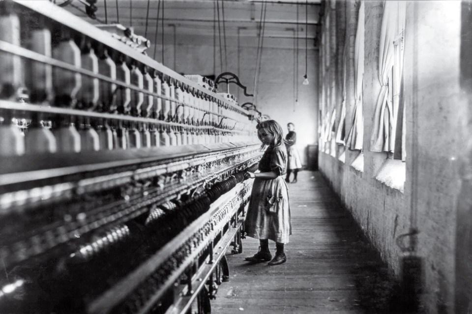 """""""La chica de la fábrica de algodón"""" (Lewis Hine, Estados Unidos, 1908)"""