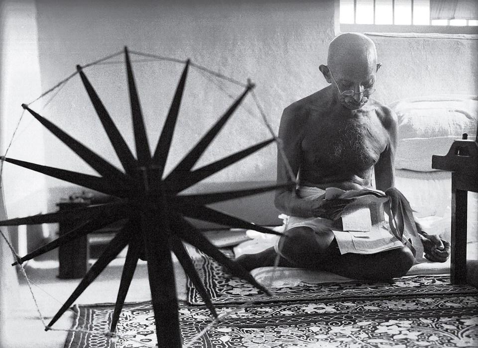 """Gandhi y la rueda giratoria"" (Margaret Bourke-White, India, 1946)"