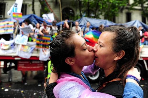 Las parejas del mismo sexo pueden inscribir a sus hijos igual que una pareja heterosexual (Télam)