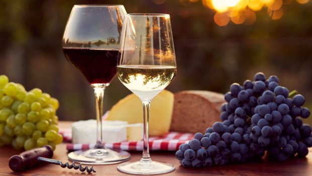 Nada como una buena copa de vino entre amigos (iStock)