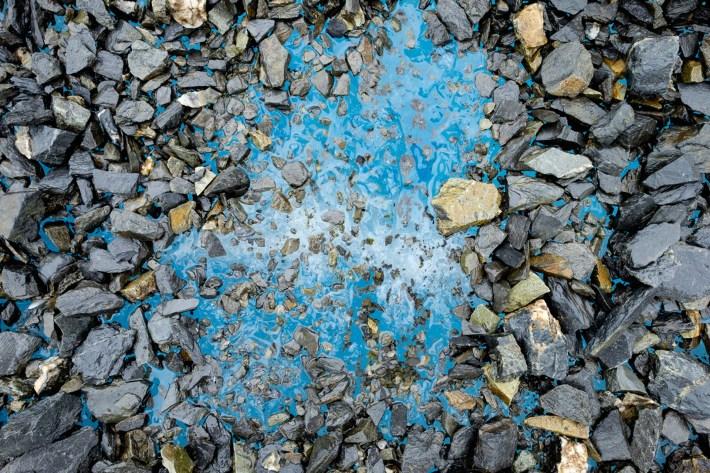 La superficie del glaciar Matanuska es visible bajo una capa de roca, conocida como moraine, el 22 de julio de 2016