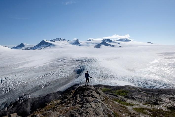 Jessica Taft hace una pausa por encima del Campo de Hielo Harding, 27 de agosto de 2016. El campo de hielo tiene miles de metros de espesor, pero no cubre por completo las montañas