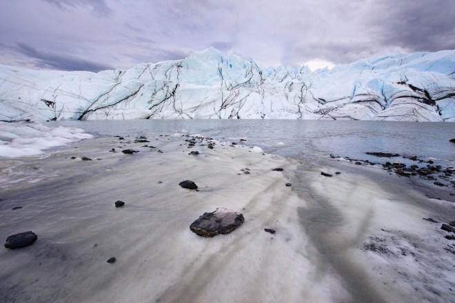 """Una """"playa"""" de hielo a lo largo de un lago supraglacial en el glaciar Matanuska, julio de 2009"""
