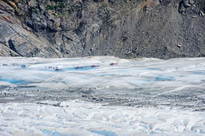 Helicópteros de turista sobre del glaciar Mendenhall, 26 de julio de 2012. Aunque varias vistas son accesibles a pie, muchos visitantes optan por subir en helicópteros, una opción más rápida y cara