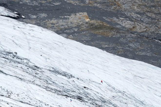 Los turistas exploran la parte inferior del Glaciar Worthington, 3 de julio de 2016. Debido a que los glaciares son tan accesibles, muchas personas vagan por ellos sin el equipo adecuado