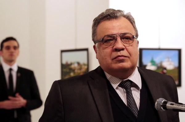 Spot News, primer premio, historias. Burhan Ozbilici, The Associated Press – Un asesinato en Turquía. Andrei Karlov, el embajador ruso en Turquía, habla en una galería de arte antes de ser baleado por su custodio Mevlut Mert Altintas, a la izquierda, en Ankara, el 19 de diciembre de 2016