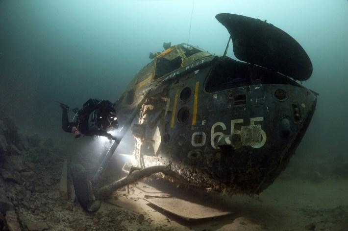 Steve Jones capturó a este helicóptero naval de Wessex fue hundido a propósito en National Diving and Activity Center en Chepstow y siendo una localización excelente para practicar la fotografía y las habilidades de la iluminación.