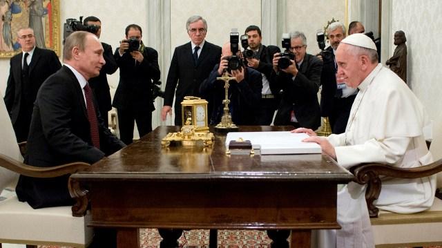 25 de noviembre de 2013: el papa Francisco recibe al presidente ruso Vladimir Putin en el Vaticano (AP Photo/L'Osservatore Romano)