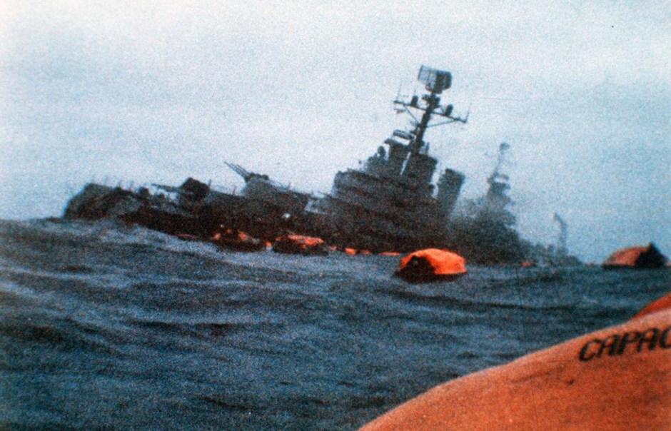A las 16.02 del domingo 2 de mayo de 1982, el submarino nuclear Conqueror recibió la orden de atacar al Crucero General Belgrano. La nave británica se colocó perpendicular al ARA y disparó sus torpedos. El primero Mark 8 impactó en la sala de máquinas. El segundo impacta en la proa. Llevaba 1091 tripulantes, 707 llegaron a las balsas, 323 murieron en el mar (AP)
