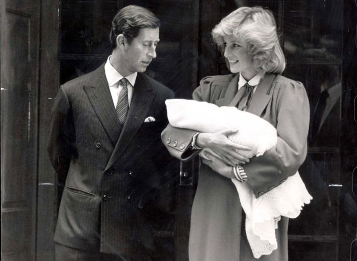 Lady Di sonríe ante un Carlos serio, tras el nacimiento de Harry