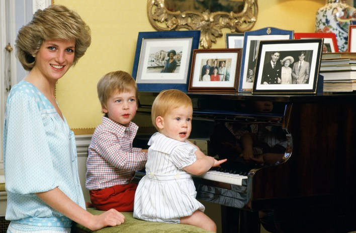 Lady Di junto a los príncipes William y Harry