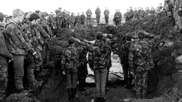 Entierro de soldados argentinos en un campo de batalla