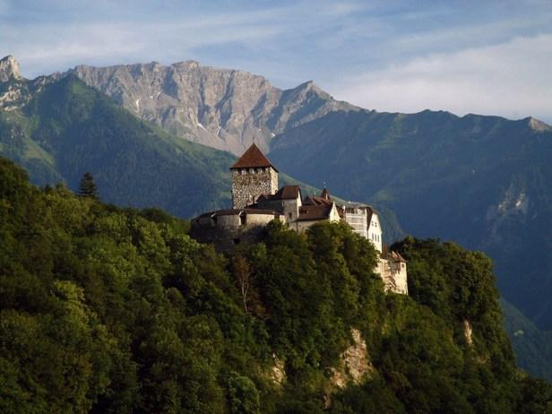 Ubicado en una colina, el castillo de Vaduz, Liechtenstein, es donde actualmente vive el príncipe Hans-Adam II. Durante el Día Nacional de Liechtenstein, se viste de fiesta con grandes ceremonias que se llevan a cabo en los céspedes del castillo (Wikimedia Commons)
