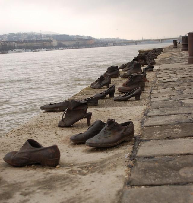 """Diseñada por Can Togayand Gyula Pauer, """"Los zapatos a orillas del Danubio"""" en Budapest es un homenaje a la memoria de cientos de judíos húngaros que tuvieron que dejar sus zapatos antes de ser fusilados durante el Holocausto (istock)"""