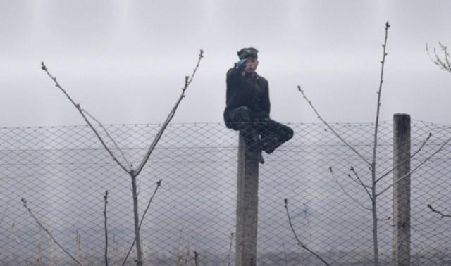 Un soldado vigila desde un poste, cerca al pueblo de Sinuiju. Una imagen muy alejada del espectacular desfile militar del sábado en Pyongyang para conmemorar el 105 aniversario del nacimiento de Kim Il-Sung, fundador del régimen y abuelo del líder actual