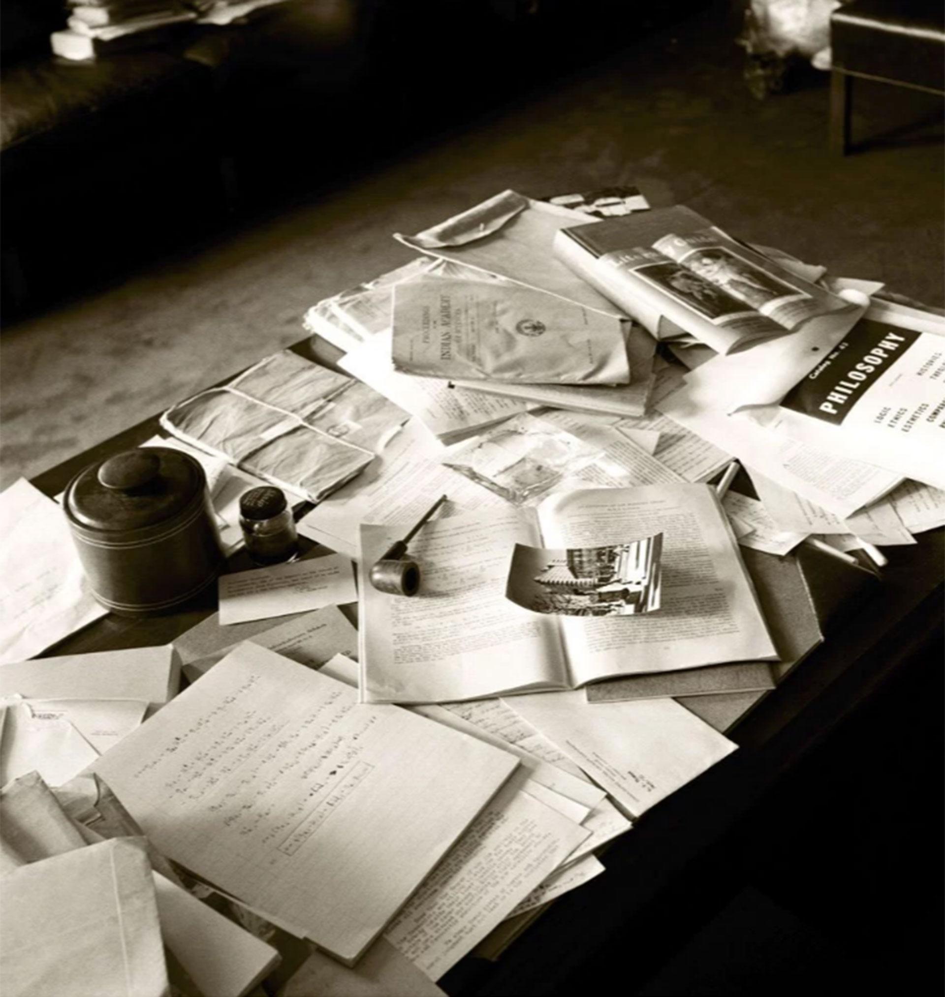 Una pipa, una fotografía, un tintero, libros… así estaba el escritorio de Albert Einstein el día que murió (Ralph Morse – Life Magazine – Getty)