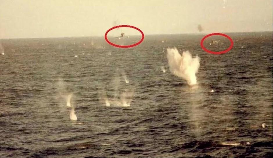 El impresionante ataque de dos aviones A4-B (del capitán Pablo Carballo y el alférez Carlos Rinke) fotografiado desde un buque británico en mayo de 1982