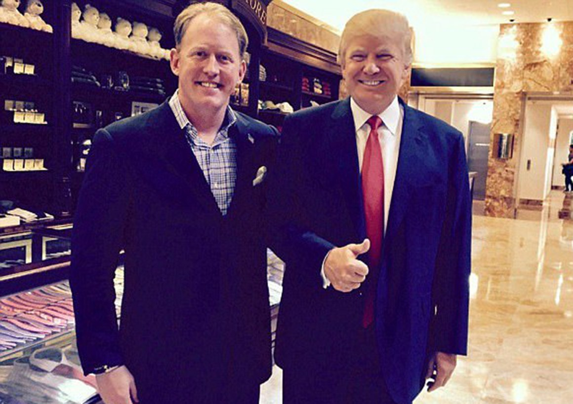 El Navy SEAL junto al presidente de los Estados Unidos, Donald Trump, a quien apoya