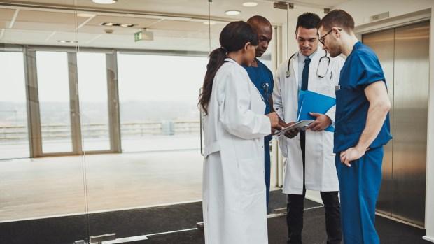 La desproporción entre médicos y enfermeros es una falencia a nivel global (iStock)