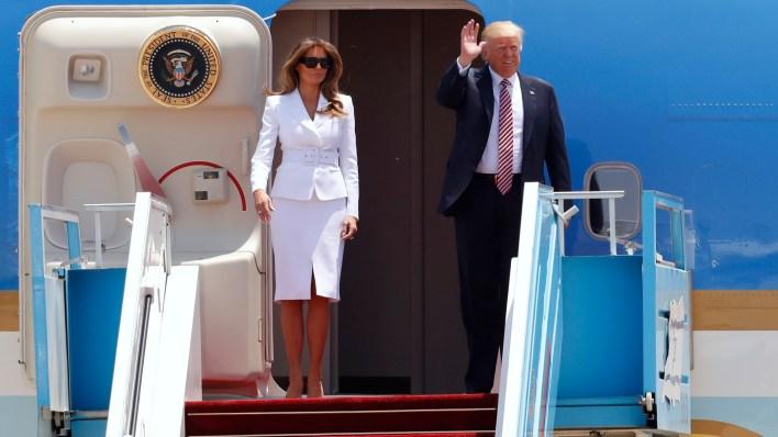 Donald Trump y su esposa Melania saludan desde el avión presidencial