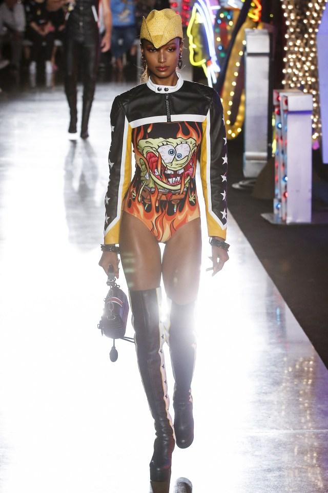 Total look en cuero con bucaneras y el body estampado de Bob Esponja 'en llamas' (Vogue)