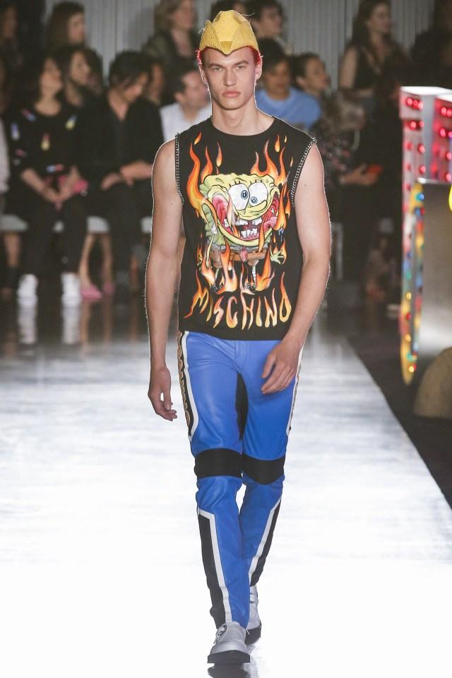 Para el hombre una musculosa con el estampado de Bob 'en llamas' y pantalones de cuero tricolor en azul eléctrico, negro y blanco (Vogue)