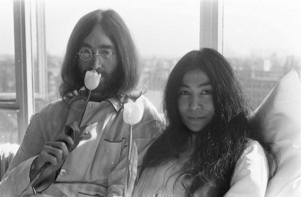 John Lennon junto a Yoko Ono