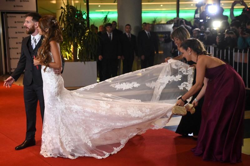 La cola del vestido de Antonela Roccuzzo se llevó todas las miradas y ocupó a las asistentes de mantenerlo siempre perfecto