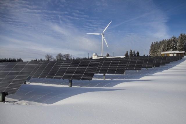 """Foto de archivo donde se muestran algunas energías renovables, como la energía solar y la eólica. Los expertos advierten de la necesidad de que las ciudades implementen este tipo de sistemas """"limpios"""" para combatir los estragos del cambio climático y fomentar el ahorro energético (Archivo)"""