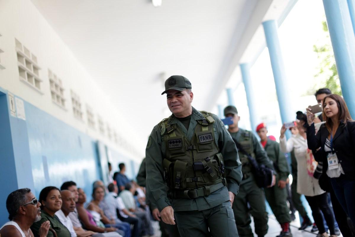 El ministro de Defensa del régimen de Venezuela, Vladimir Padrino López se prepara para votar (Reuters)