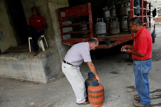 Aunque el país sudamericano posee las mayores reservas de petróleo del planeta, la producción de GLP (Gas Licuado de Petróleo) es insuficiente para cubrir la demanda interna y sus exportaciones (Reuters)