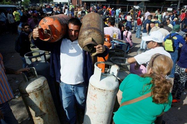La estatal PDVSA asegura que los problemas se deben a las dificultades para distribuir los balones debido a que su flota ha sido atacada en distintas oportunidades (Reuters)