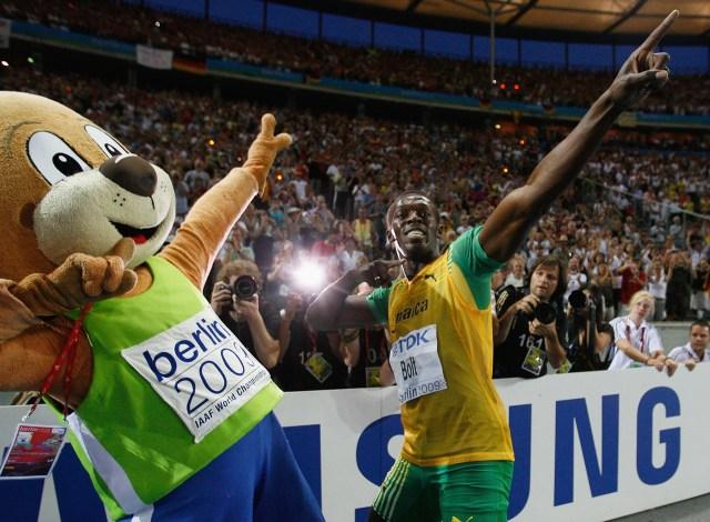 Usain Bolt celebró su victoria en los 200 metros con una pose que se transformaría en su marca registrada (Getty Images)